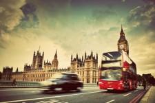London Black taxi och röd dubbeldäckar-buss