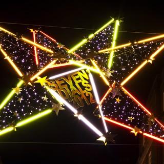Juldekorationer i Seven Dials sätts upp varje år i november